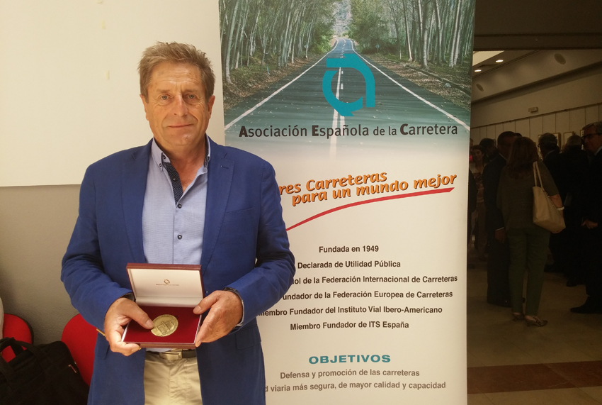 Ángel Bara recibe la medalla de la AEC