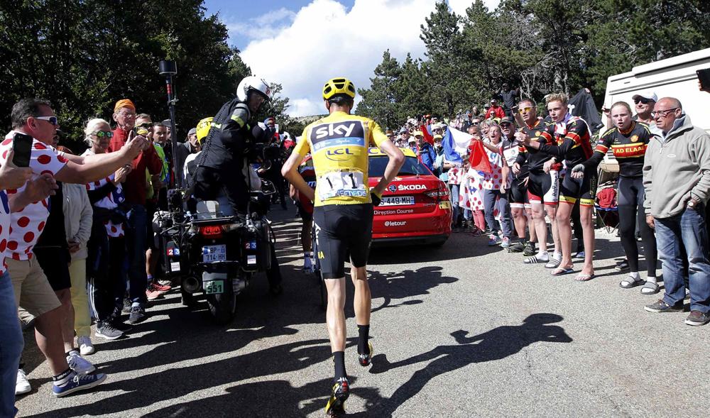 Vídeo: Froome choca contra una moto de TV y acaba corriendo por las rampas del Ventoux