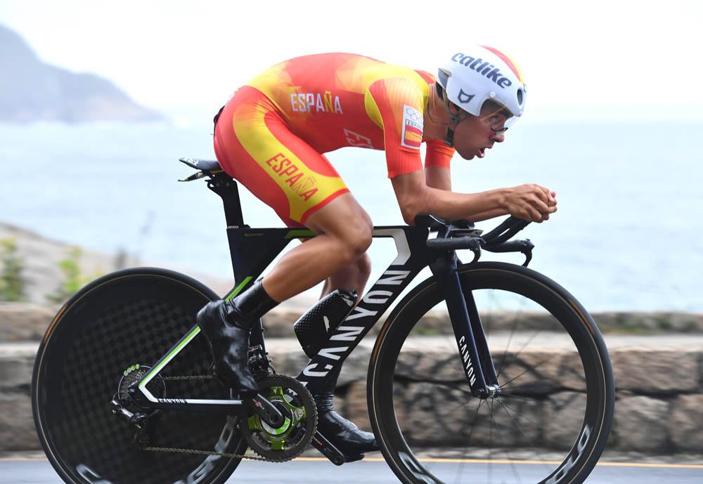 La rueda delantera de Castroviejo y los 4 segundos de la contrarreloj