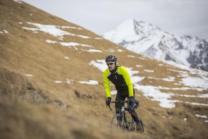 No dejes de pedalear ni en invierno con las nuevas prendas de Santini