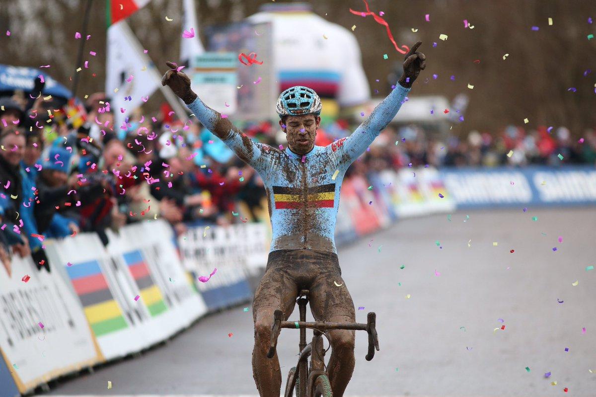 La mala suerte de Van der Poel pone en bandeja el arcoíris a Van Aert