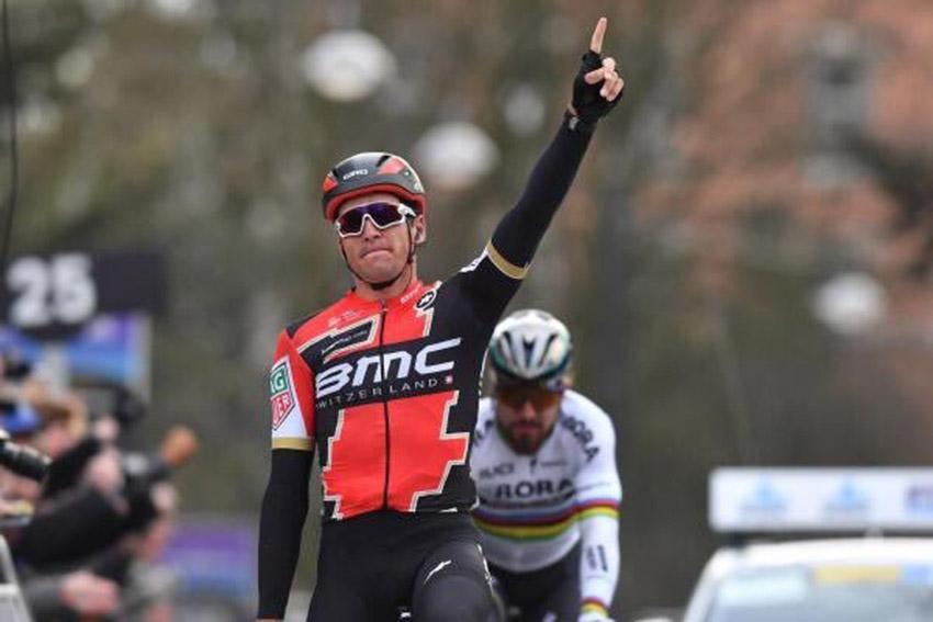 Omloop / Van Avermaet sorprende a Sagan en la primera batalla sobre los adoquines