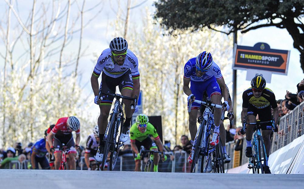Sagan triunfa y Quintana controla