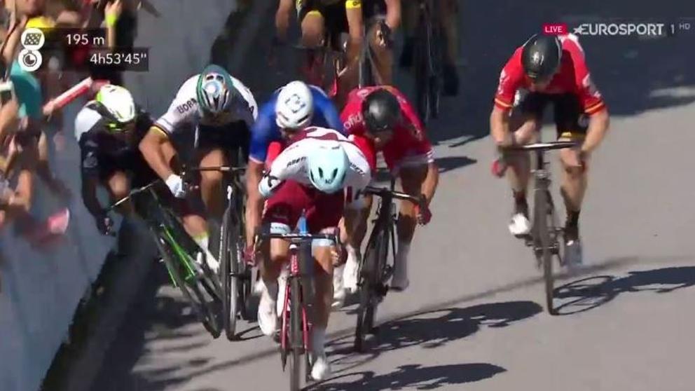 Vídeo: Durísima caída de Cavendish tras una polémica maniobra de Sagan