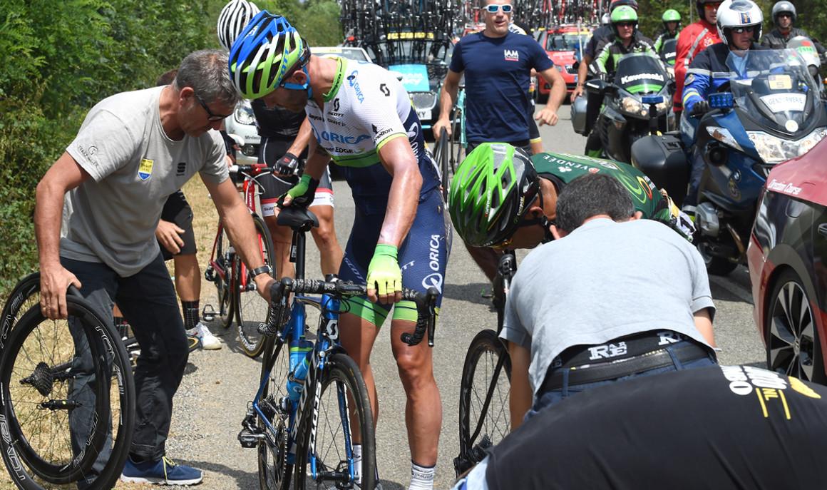 La asistencia mecánica durante una carrera ciclista