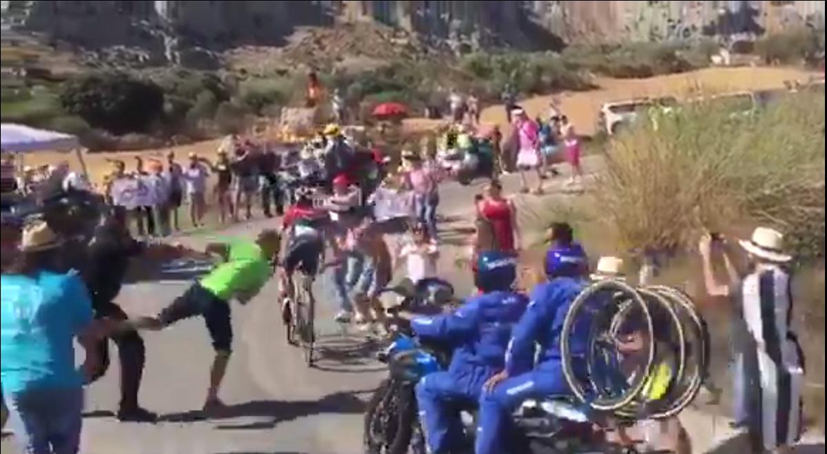 Vídeo: un Guardia Civil provoca la caída de la moto Shimano