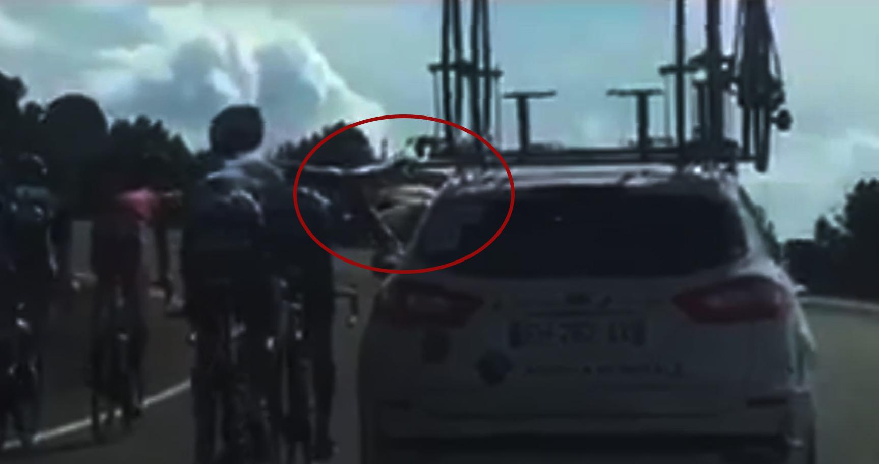 Denz y Geniez, expulsados de la Vuelta por agarrarse del coche de equipo.