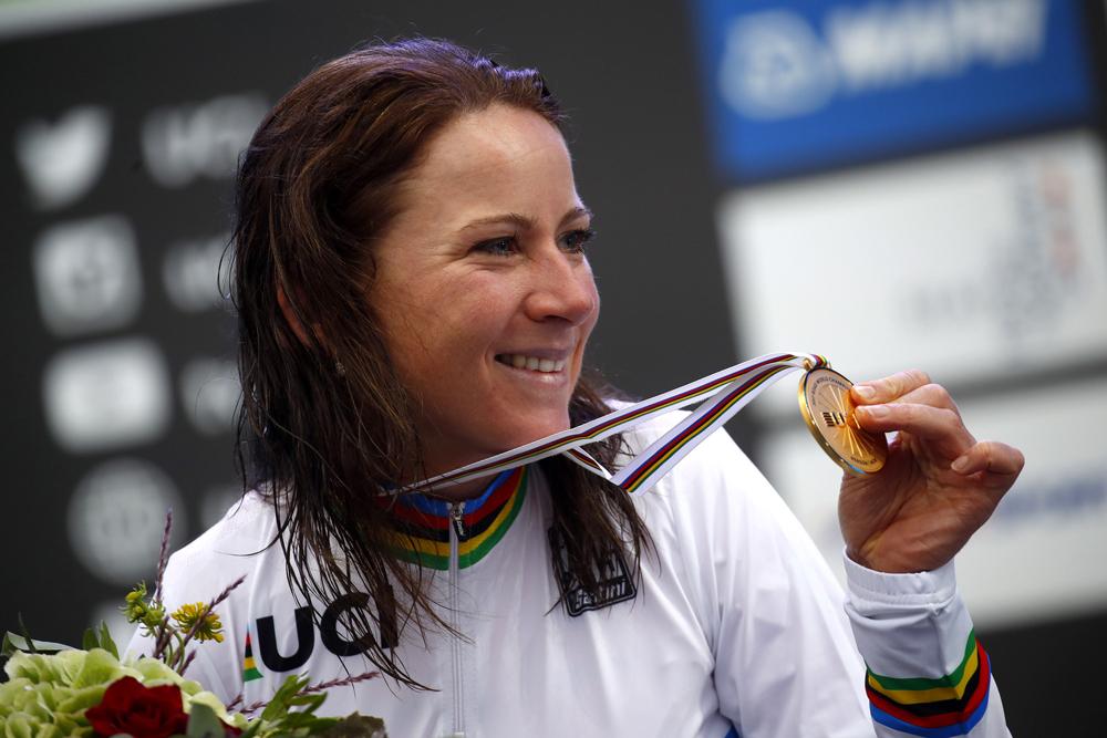 Van Vleuten, arcoíris; Pidcock confirma su talento