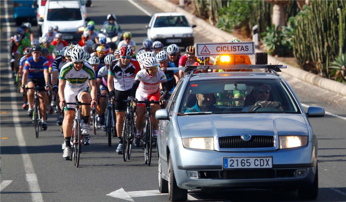 Así debe circular el coche de apoyo de ciclistas