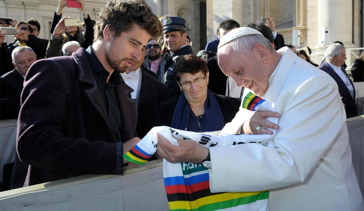 Peter Sagan saluda al Papa en el Vaticano