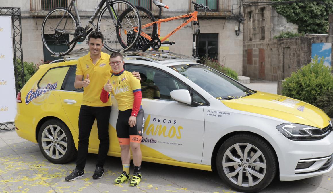 Gómez Noya entrega la Beca Vamos-Cola Cao a Borja Gómez y su equipo ciclista