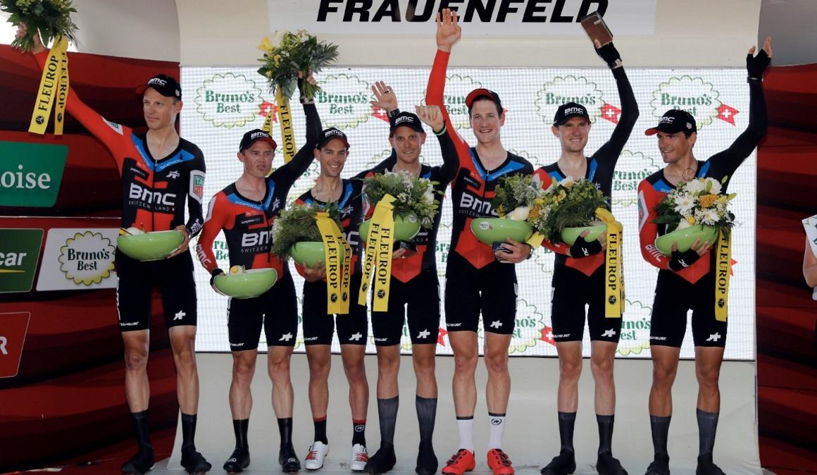 BMC gana la crono inaugural en Suiza y viste de líder a Küng