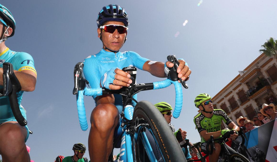 Quintana, pinchazo y cambio de bici con Carapaz
