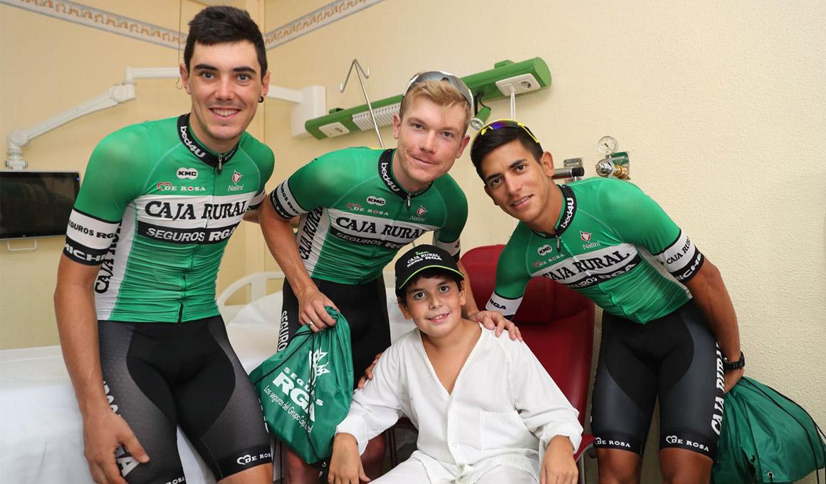 El Caja Rural-Seguros RGA visita a niños hospitalizados en Salamanca
