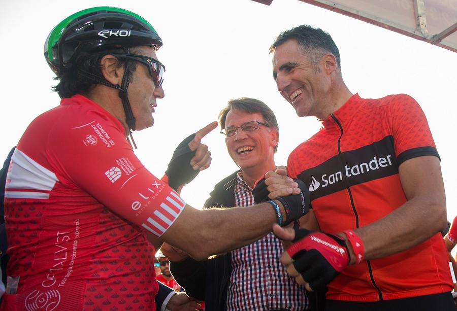Cerca de 2.000 ciclistas acompañan a Miguel Indurain y Claudio Chiappuci en Valencia