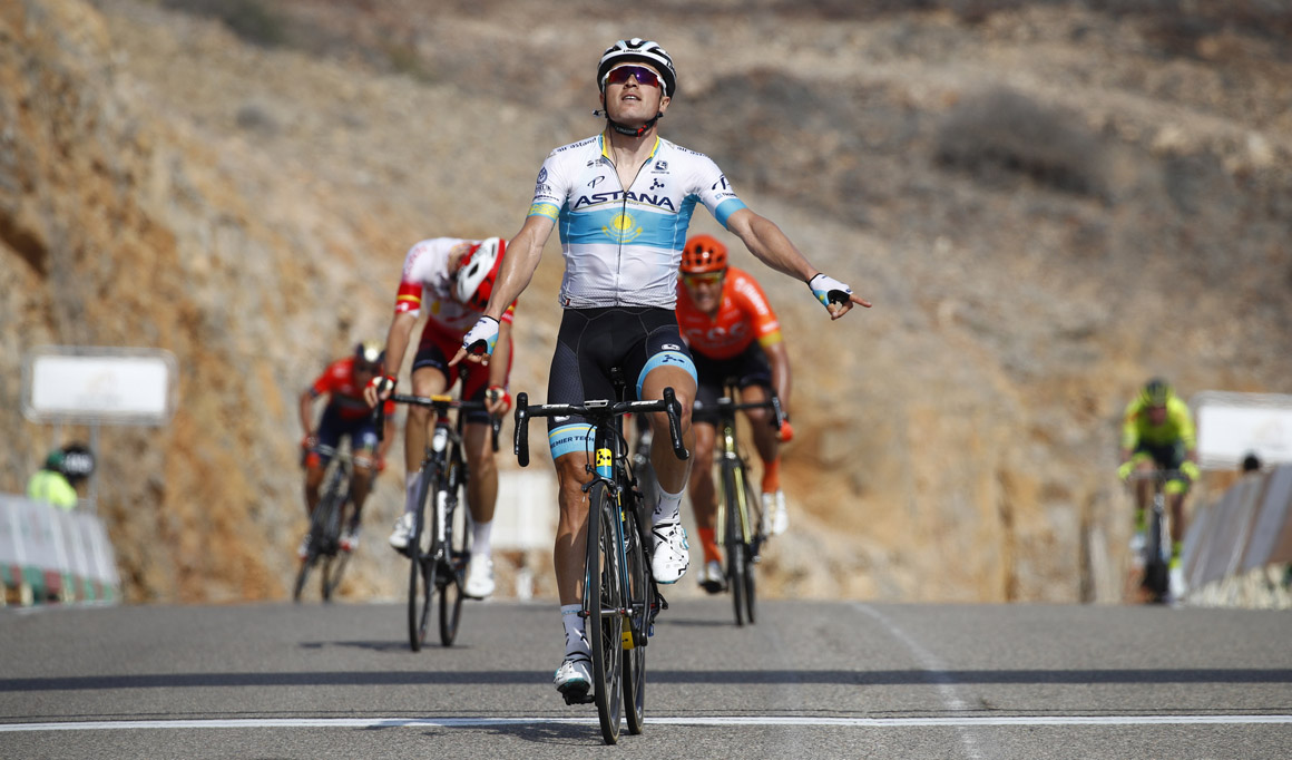 Tour de Omán: Lutsenko se impone a Jesús Herrada en el duelo final de la tercera etapa