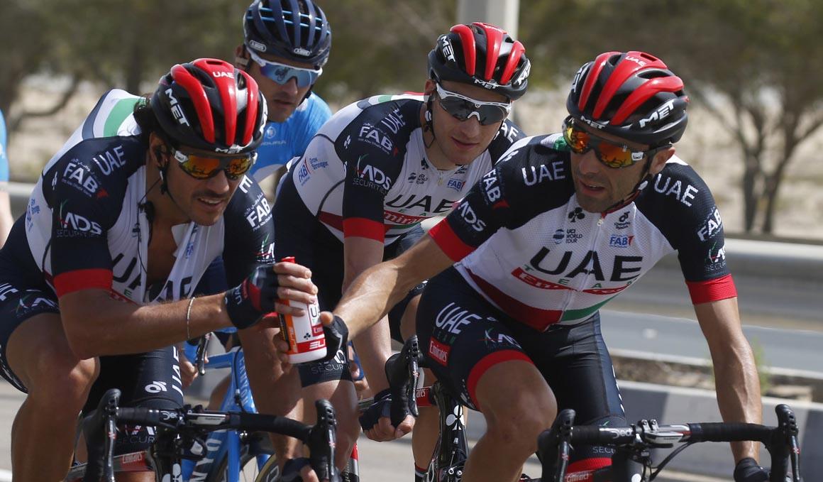 La UCI podría multar a los corredores que tiren bidones