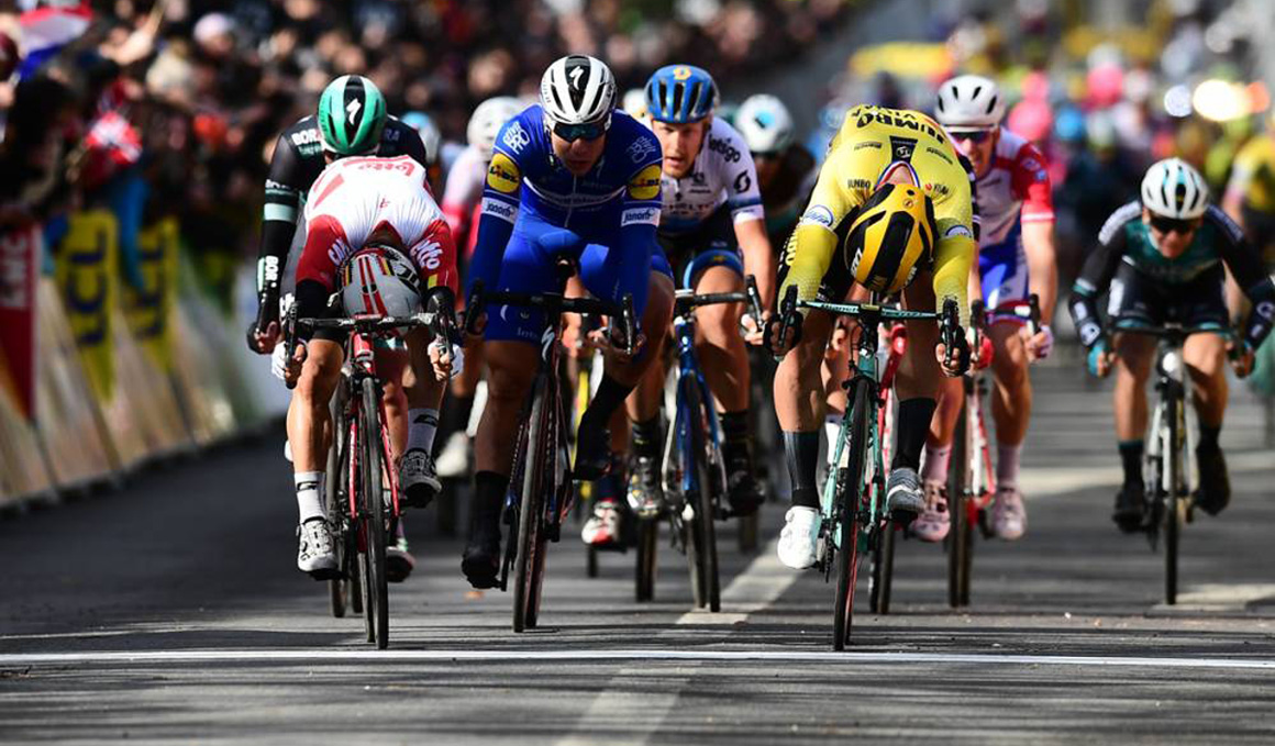 Groenewegen se impone a Ewan en el primer sprint de la París-Niza