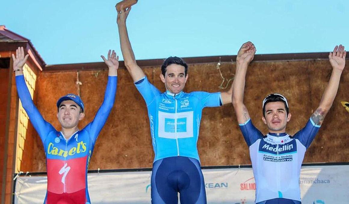 Oscar Sevilla gana la Vuelta a Chiloé y le llevan al podio arrastrado por bueyes
