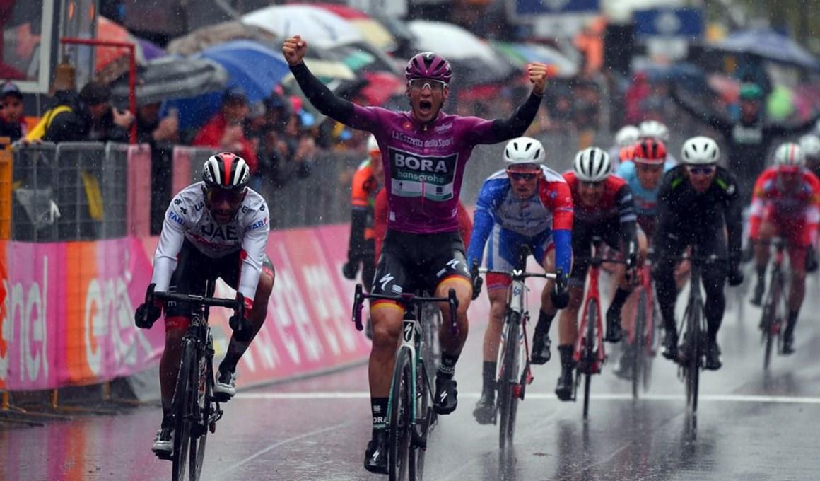 Ackermann repite victoria en una etapa pasada por agua