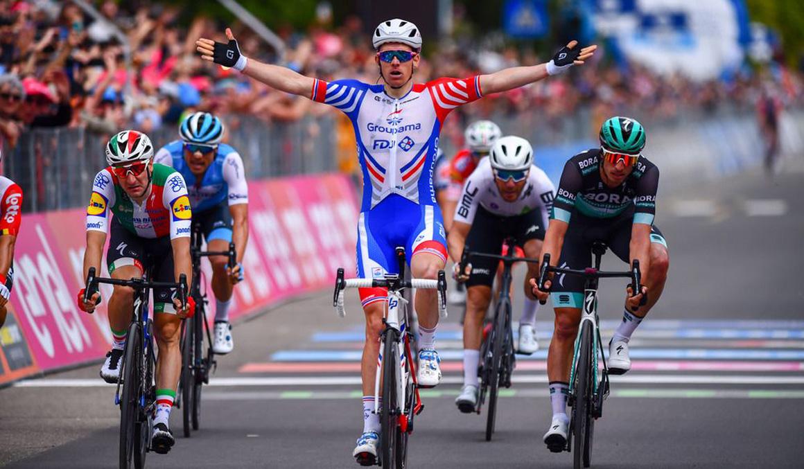 Arnaud Démare se impone en Módena en un accidentado sprint