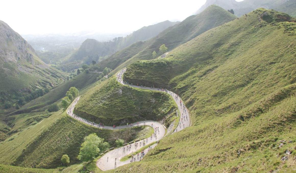 Casi 5.000 personas en la prueba cicloturista Lagos de Covadonga Ride by Movistar 2019