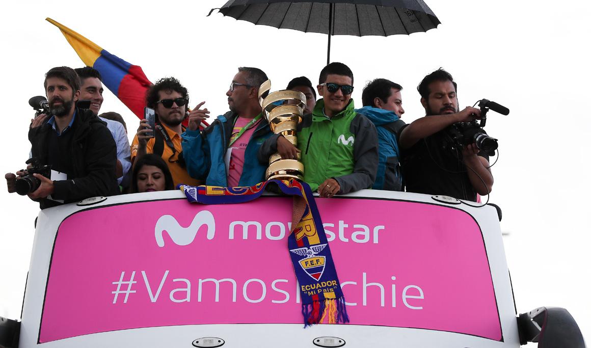 Una multitud recibe en Quito a Carapaz, el héroe ecuatoriano del Giro