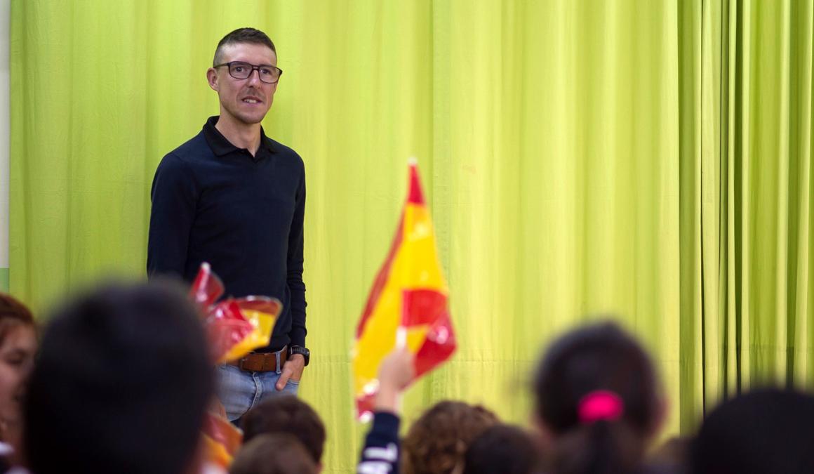 Ángel Madrazo, homenajeado en su colegio, pide a los niños no ponerse barreras