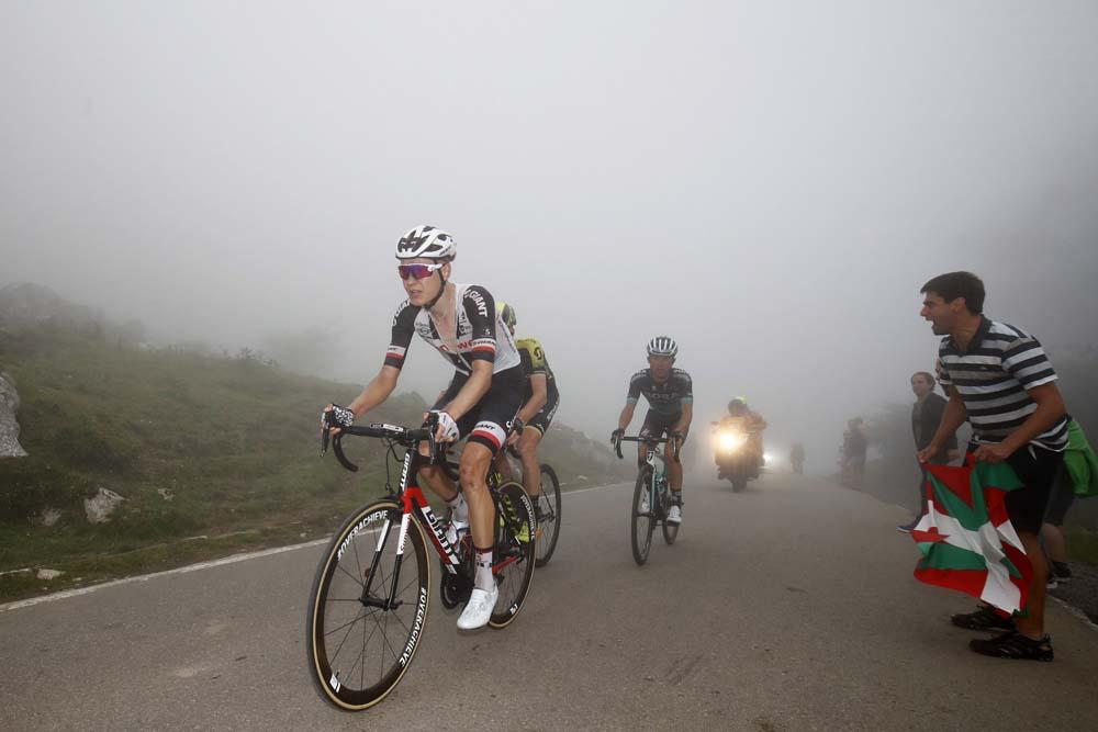 Ciclistas entre la niebla